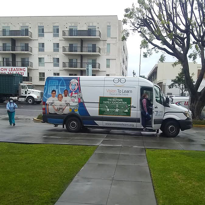 LA Clipper Mobile Clinic delivers groceries