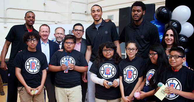 Los Angeles Clippers help distribute classes to Long Beach students